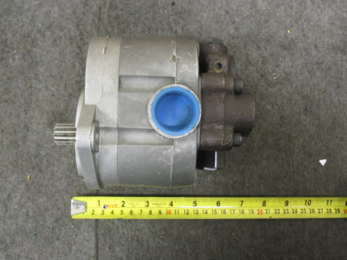 NEW DANFOSS HYDRAULIC PUMP # 163Y1162 WITH VALVE